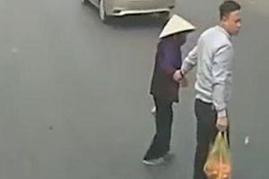 Khoảnh khắc tài xế ô tô dừng xe, giúp cụ bà sang đường khiến dân mạng 'ấm lòng'