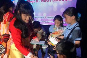 Gia đình cố NSƯT Bắc Sơn trao học bổng cho con em nghệ sĩ, công nhân sân khấu