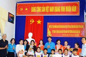 Công đoàn Giáo dục Việt Nam mang quà Tết cho thầy trò Đất Mũi