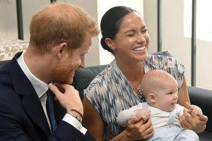 Hé lộ cuộc sống không giống 'ngậm thìa vàng' của con trai Hoàng tử Harry