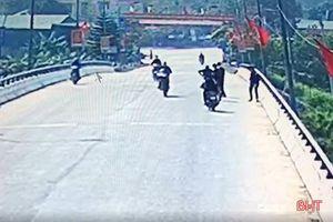 Hà Tĩnh: Triệu tập nhóm thanh niên điều khiển xe máy lạng lách, đánh võng
