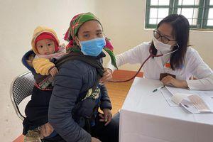 Bác sĩ vượt rừng khám bệnh miễn phí cho 500 người cao tuổi ở vùng cao
