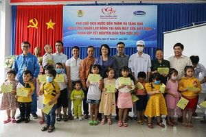 Đoàn công tác của Phó Chủ tịch nước đến thăm công nhân nhà máy sữa Vinamilk trước Tết Nguyên đán