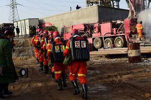 Trung Quốc giải cứu những thợ mỏ đầu tiên mắc kẹt trong vụ sập mỏ vàng