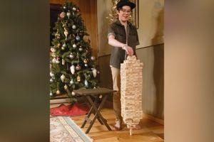 Cậu bé 12 tuổi cân bằng 693 khối gỗ