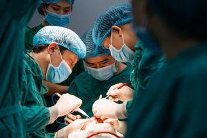 Giải cứu cụ bà khỏi khối u xơ mạch 'khủng' choán nửa khuôn mặt