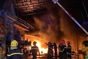 Cháy xưởng vải ở Hóc Môn rồi lan sang công ty bên cạnh