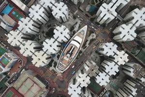 Toàn cảnh du thuyền khổng lồ giữa phố Hồng Kông