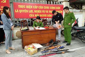 Người dân tự giác giao nộp băng đạn súng AK và nhiều pháo hình lựu đạn
