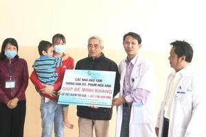Một bác sĩ kêu gọi hơn 1,4 tỉ đồng giúp cháu bé bị cha chém nát mặt