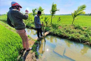 Đắk Lắk: Dân vét nước tưới bên kênh thủy lợi chục tỷ bỏ hoang