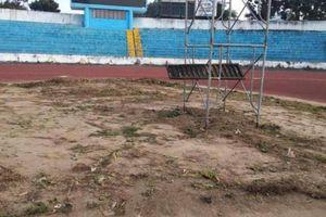 Bị tuýt còi, sân nhà đội dẫn đầu V-League không còn trồng rau, nuôi gà