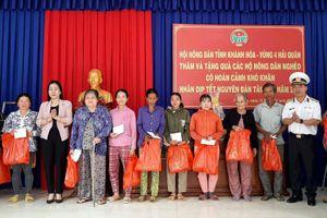 Lữ đoàn 955 và Hội Nông dân tỉnh Khánh Hòa tặng quà gia đình chính sách