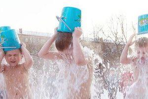 Trẻ mầm non Siberia cởi trần dội nước đá