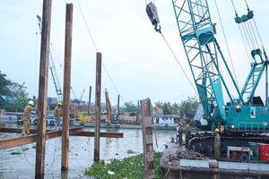 Tiền Giang đắp đập tạm ngăn mặn trên kênh Nguyễn Tấn Thành