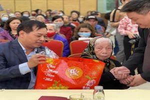 Quận Hoàn Kiếm tặng quà gia đình chính sách, hộ có hoàn cảnh khó khăn dịp Tết Nguyên đán 2021