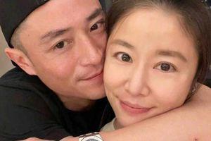 Hoắc Kiến Hoa choàng tay, ôm hôn Lâm Tâm Như thể hiện tình cảm trong ngày sinh nhật của vợ