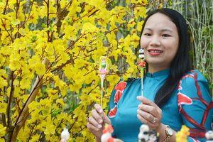 Phụ nữ Sài Gòn xúng xính váy áo chào Tết ở đường mai