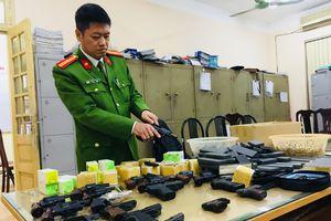 Được Công an phường vận động, Công ty chủ động giao nộp hàng trăm khẩu súng bắn đạn hơi cay