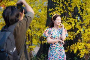 Giới trẻ diện áo dài chụp ảnh xuân ở đường mai