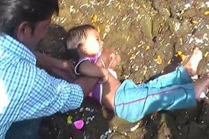 Lạ kỳ phong tục nhúng trẻ em vào phân bò để… lấy may