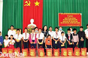 Trao 536 phần quà cho trẻ em khó khăn, người nghèo, nạn nhân da cam