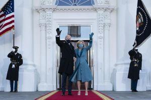 Vì sao đệ nhất phu nhân Mỹ chọn trang phục xanh vào ngày nhậm chức của chồng