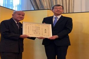 Chủ tịch Hội hữu nghị Việt - Nhật thành phố Hồ Chí Minh nhận bằng khen của Bộ Ngoại giao Nhật Bản