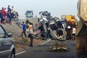 Tai nạn giao thông mới nhất hôm nay 30/1: Lao từ trên cầu xuống đường tàu, xe đầu kéo khiến đường sắt Bắc - Nam tê liệt