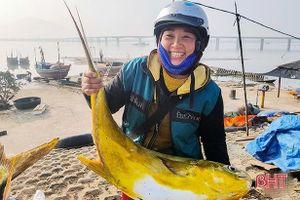 Ngư dân Hà Tĩnh rẽ sóng vươn khơi, thuyền đầy tôm cá