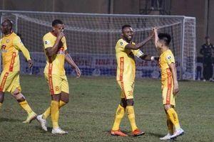 Đội bóng gây sốc với ngoại binh thua thảm trước HLV cao tuổi nhất V-League