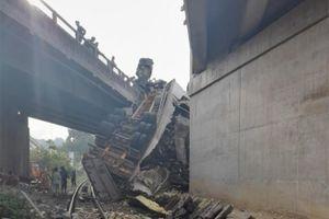 Xe đầu kéo tông vào cầu Rọ Tượng, rớt xuống đường sắt