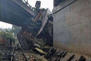 Xe đầu kéo tông vào lan can cầu trên QL1, rơi xuống đường sắt Bắc - Nam