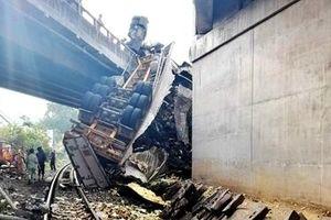Xe đầu kéo tông gãy lan can cầu rồi rơi xuống đường sắt
