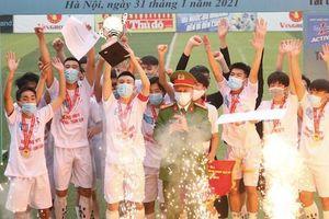 Khoảnh khắc THPT Hoàng Mai nâng cao cúp vô địch