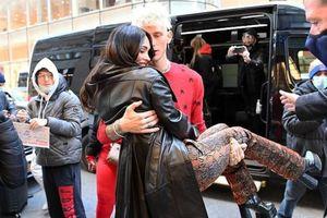 Bạn trai bế Megan Fox ở chốn đông người