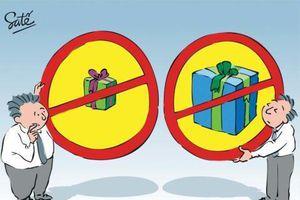 Cấm các trường chúc Tết cấp trên, chi bằng Bộ cấm lãnh đạo nhận quà