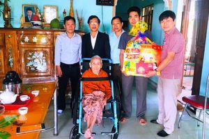 Báo Nhân Dân tặng quà Tết cho gia đình chính sách, hộ nghèo