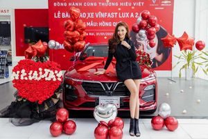 Siêu mẫu Hồng Quế tậu VinFast Lux A2.0 hơn 1 tỷ đồng, chơi Tết