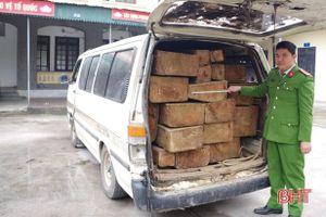 Tháo hết ghế xe khách 16 chỗ để chở lượng lớn gỗ lậu từ Quảng Bình ra Hà Tĩnh