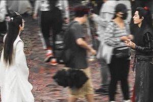 Tiêu Chiến giơ 'ngón tay thối' trước mặt Vương Nhất Bác khiến fan hai nhà tranh cãi nảy lửa