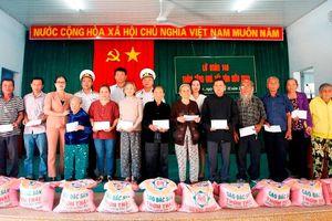 Lữ đoàn 146, Vùng 4 Hải quân tặng quà Tết các gia đình chính sách tại phường Cam Nghĩa