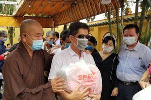 Chùa Long Hoa hỗ trợ người nghèo, người mù đón tết