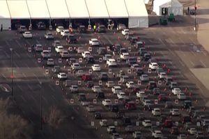 Hàng nghìn ôtô xếp hàng dài ở điểm tiêm chủng tại Mỹ
