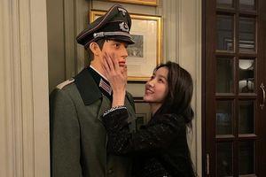 Sowon (GFriend) gây 'phốt' khi tạo dáng bên ma-nơ-canh mặc trang phục của Đức Quốc Xã
