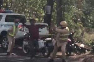 Đắk Lắk: Nam thanh niên say rượu vác rựa đuổi chém CSGT