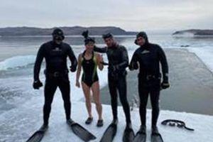 Tân nữ kỷ lục gia bơi dưới mặt nước đóng băng