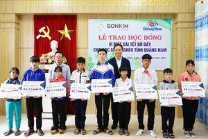 Trao học bổng vì một cái tết đủ đầy cho học sinh nghèo tỉnh Quảng Nam