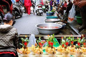 Thị trường đồ lễ ông Công ông Táo sôi động, đồ cúng hàng mã giữ nguyên giá nhưng thực phẩm, hoa quả tăng giá 30%
