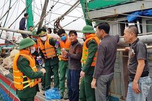 Cứu sống 8 thuyền viên trên tàu đánh bắt cá bốc cháy tại vùng biển Hà Tĩnh